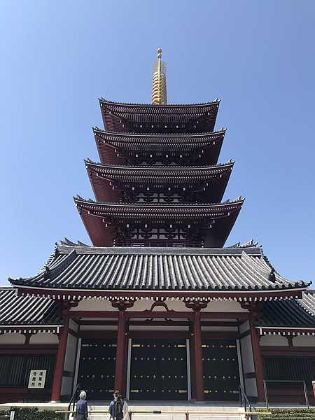 参道側から見た五重塔