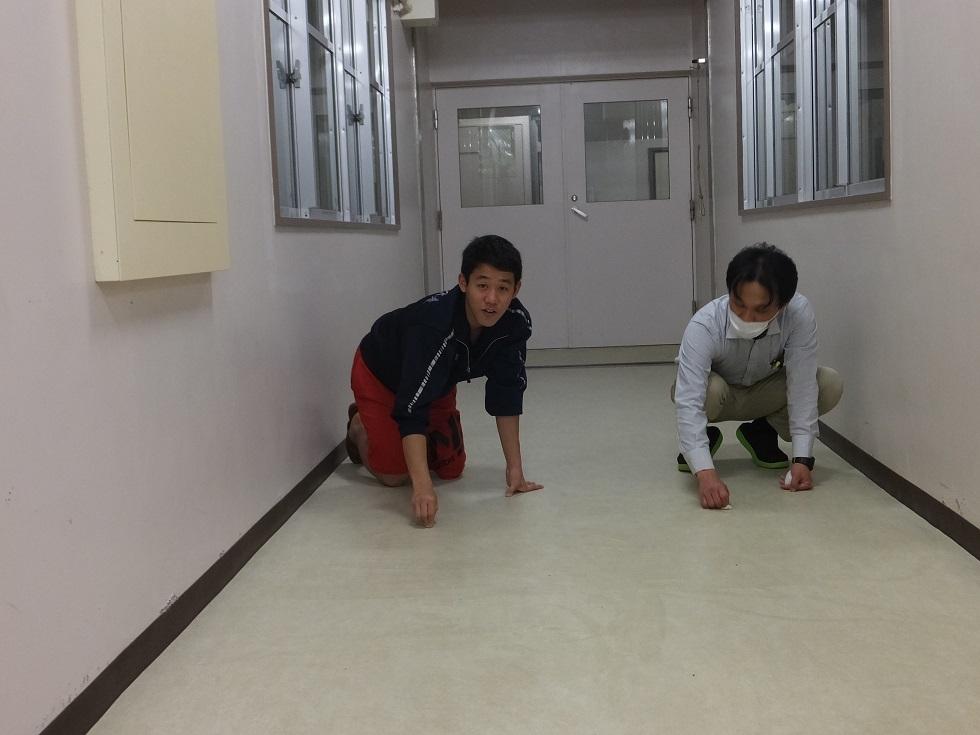 玄関の床磨き