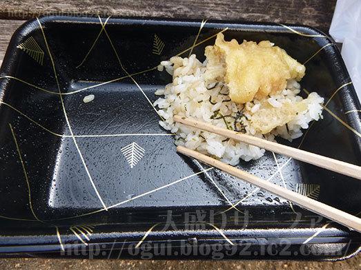 速攻で穴子天丼を食べ進む015