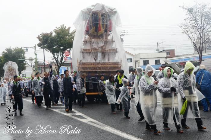 雨中の統一運行 安知生だんじり(屋台)