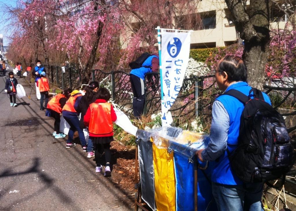 1咲き始めた桜と清掃活動
