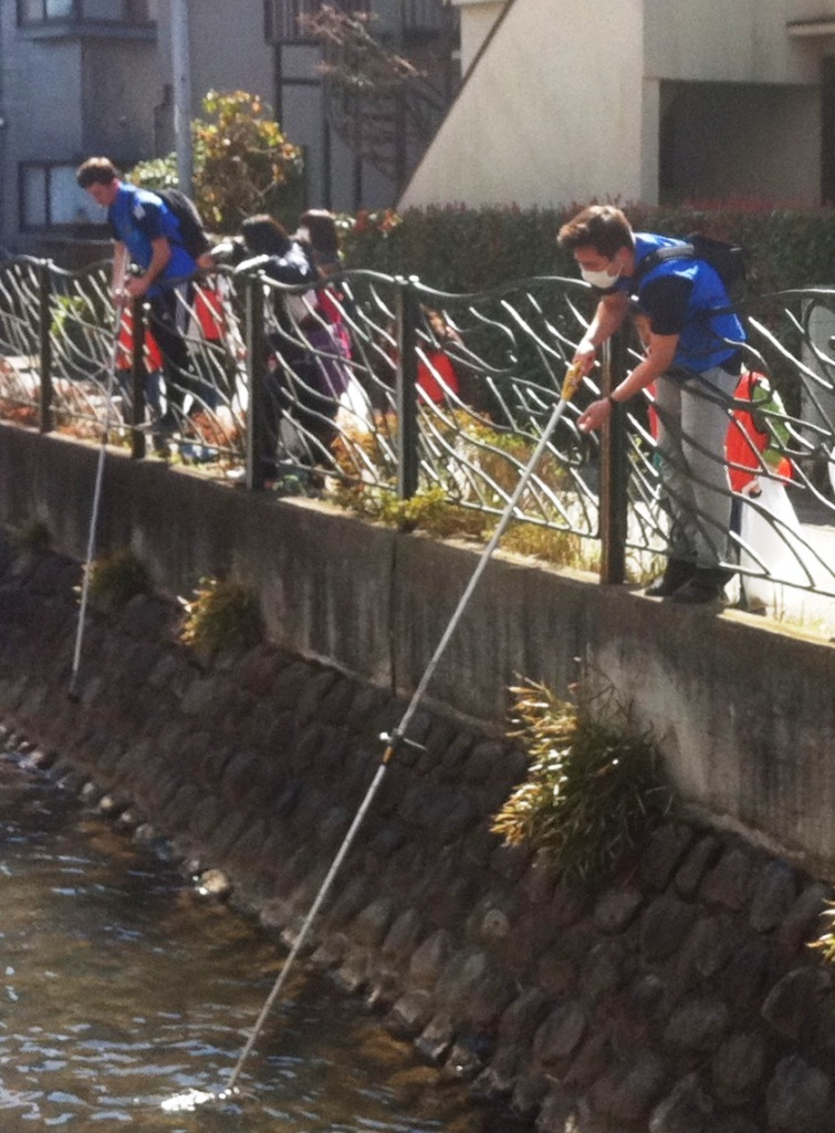 3沿道からも用水路を清掃