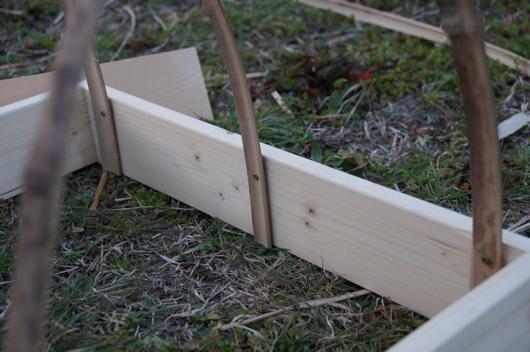 育苗ポット用可動型ビニールトンネル試作 竹のアーチ取り付け