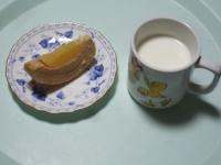 2/8 間食 りんごクーヘン、ホットミルク