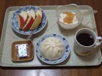 2/9 朝食 りんご、肉まん、豆乳に-グルト、ベビーチーズ、コーヒー