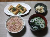 2/9 夕食 焼き厚揚げ、炒り豆腐、マグロの剝き身丼、わかめの味噌汁