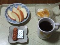 2/10 朝食 りんご、ウィンナー、ベビーチーズ、豆乳ヨーグルト、コーヒー
