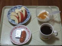 2/12 朝食 りんご、ウィンナー、ベビーチーズ、豆乳ヨーグルト、コーヒー