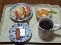 2/13 朝食 りんご、ウィンナー、ベビーチーズ、豆乳ヨーグルト、コーヒー