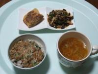 2/13 昼食 油揚げメンチ、しめじとピーマンのガーリック炒め、納豆ご飯、ファイトケミカルスープ