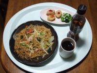 2/14 昼食 上海焼きそば、チキンナゲット、黒ウーロン茶