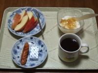 2/14 朝食 りんご、ウィンナー、ベビーチーズ、豆乳ヨーグルト、コーヒー
