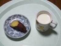 2/16 間食 焼きいも、ホットミルク