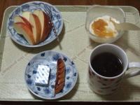 2/17 朝食 りんご、ウィンナー、ベビーチーズ、豆乳ヨーグルト、コーヒー
