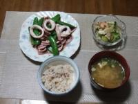 2/17 夕食 イカとスナップえんどうの塩炒め、もやしとシーフードのサラダ、インスタント味噌汁、雑穀ご飯