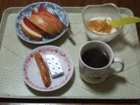 2/18 朝食 りんご、ウィンナー、ベビーチーズ、豆乳ヨーグルト、コーヒー