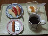 2/20 朝食 りんご、ウィンナー、ベビーチーズ、豆乳ヨーグルト、コーヒー