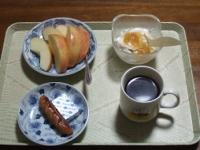 2/21 朝食 りんご、ウィンナー、ベビーチーズ、豆乳ヨーグルト、コーヒー