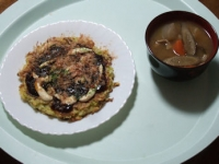 2/21 昼食 お好み焼き(冷凍)、豚汁