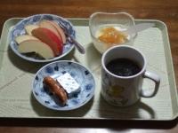 2/22 朝食 りんご、ウィンナー、ベビーチーズ、豆乳ヨーグルト、コーヒー