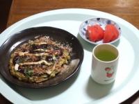 2/24 昼食 お好み焼き、トマト、緑茶
