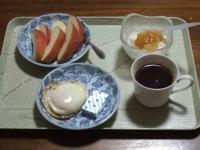 2/25 朝食 りんご、目玉焼き、ベビーチーズ、豆乳ヨーグルト、コーヒー