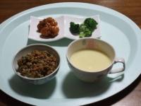 2/25 昼食 鶏のから揚げ、ブロッコリー、コーンスープ、納豆ご飯