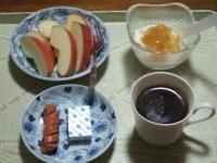 2/26 朝食 りんご、ウィンナー、ベビーチーズ、豆乳ヨーグルト、コーヒー