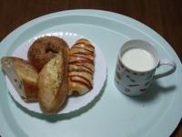 2/26 昼食 パン4種、ホットミルク