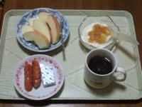 2/27 朝食 りんご、ウィンナー、ベビーチーズ、豆乳ヨーグルト、コーヒー