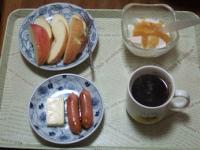 3/1 朝食 りんご、ウィンナー、ベビーチーズ、豆乳ヨーグルト、コーヒー