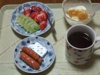 3/2 朝食 イチゴ、キウイ、ウィンナー、ベビーチーズ、豆乳ヨーグルト、コーヒー