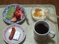 3/3 朝食 イチゴ、キウイ、ウィンナー、豆乳ヨーグルト、ベビーチーズ、コーヒー