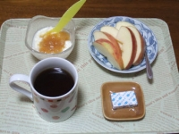 3/4 朝食 りんご、豆乳ヨーグルト、ベビーチーズ、コーヒー