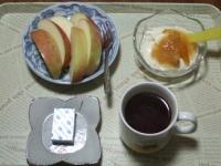 3/5 朝食 りんご、豆乳ヨーグルト、ベビーチーズ、コーヒー