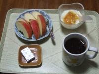 3/6 朝食 りんご、豆乳ヨーグルト、ベビーチーズ、コーヒー