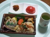 3/6 昼食 鶏のから揚げ、トマト、15品目の和風弁当、緑茶