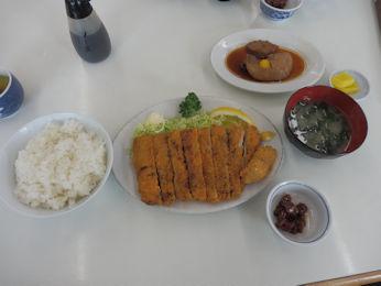 3/10 昼食 マグロカツ定食とほほ肉の煮つけ