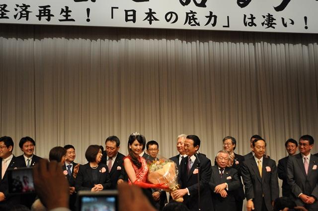 女優の山本富士子、藤原紀香らを輩出したミス日本の第46代グランプリ 沼田萌花さん(大分県中津市出身)からの花束贈呈。