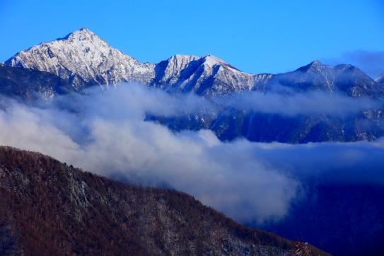 雲海に浮かぶ東駒ヶ岳・駒津峰・双児山