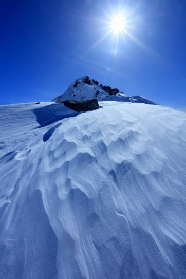 宝剣岳の頂稜を照らす太陽