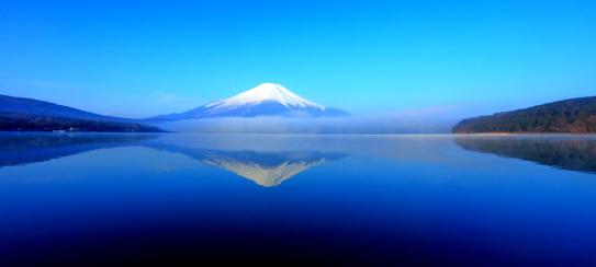 朝霧流れる霊峰富士