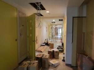 LAN配線工事中の廊下