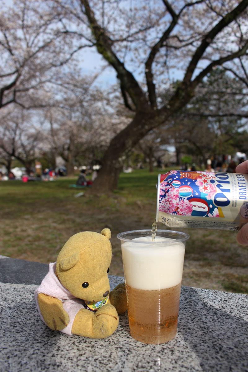 オリオンドラフトビール(桜缶)を注ぐ 駿府城公園 180324