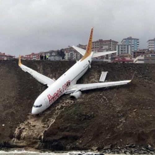 トルコでペガサス航空が滑走路から滑り落ちてあわや海に