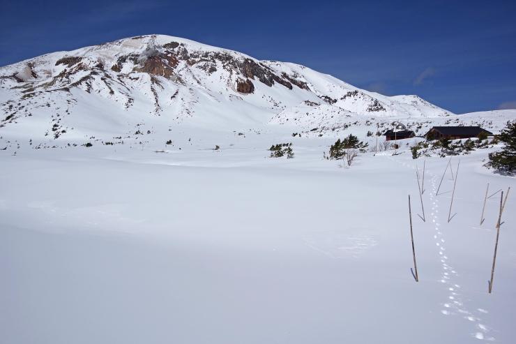 一切経山と雪原