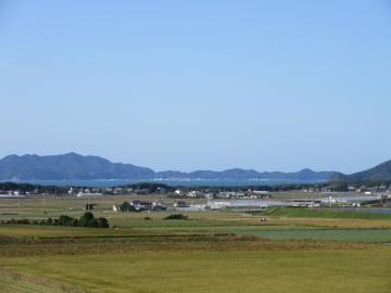 正面の島は大島、大島の49km先に沖ノ島