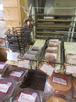 うさぎさんの前に焼き菓子の買い物かご