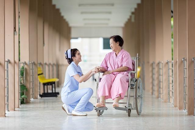 病院 車いす 看護師