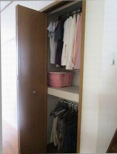 クローゼット1階 壁面収納に春~秋のはじめに着る服2